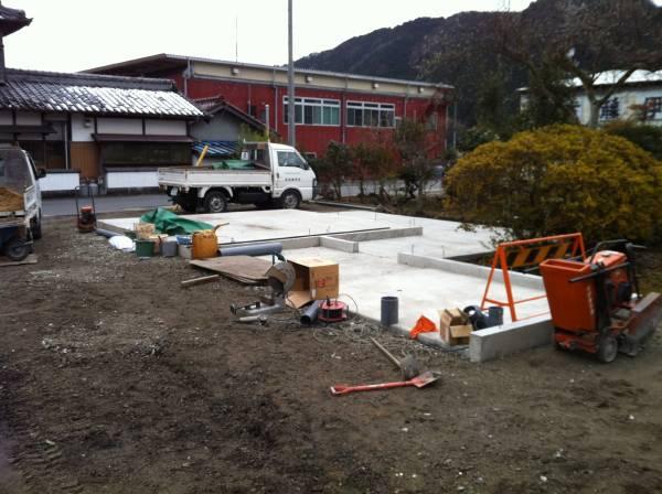 深軒カーポートの工事始まってます